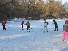 Kedvenc téli programunk a jéghoki a befagyott pocsolyákon