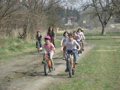Jóidőben a környéken biciklizünk